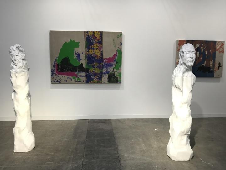 泰勒画廊带来的英国年轻艺术家Shezad Dawood的两件绘画作品和两件雕塑作品,雕塑已被预定