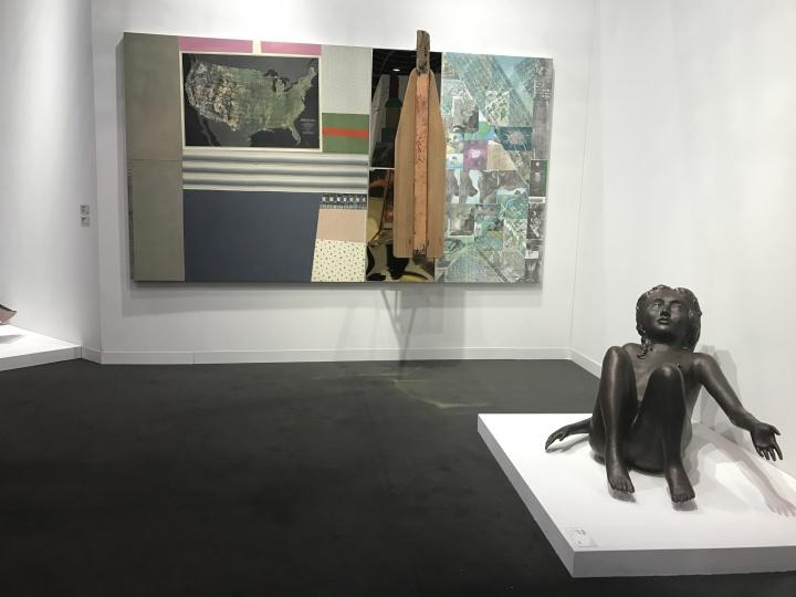 佩斯画廊还是按照常规带来了劳森伯格的两件作品