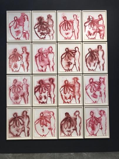 豪瑟沃斯画廊路易斯·布尔乔亚的一套16件水粉纸上作品《家庭》,豪瑟沃斯非常接地气地为自己的展览现场配上了中文展签,最终也在VIP收获了10件作品的成交,其中美国艺术家马克·布拉德福特(MarkBradford)的大尺幅作品在开幕没多久就卖出去了,而所有的作品几乎都落在亚洲和中国