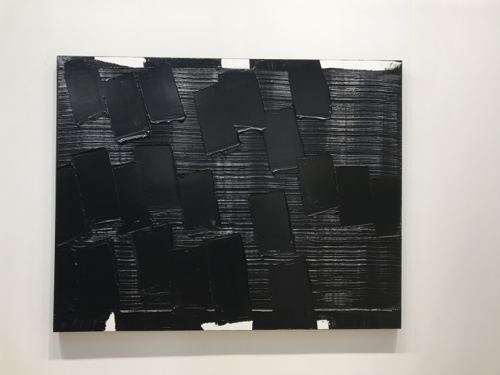 贝浩登画廊带来最贵的作品是皮埃尔·苏拉吉(Pierre Soulages)一件创作于2014年的《acrylic on canvas》