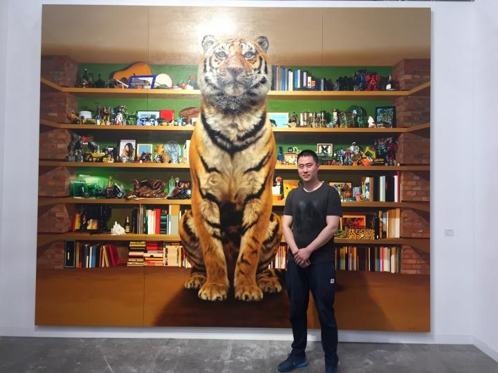 三潴画廊展位现场,中国的80后艺术家刘子宁在他的作品《虎》前,奈良美智在开幕当天也来到现场,还和三潴画廊总经理曾我清美在此幅作品前自拍了照片