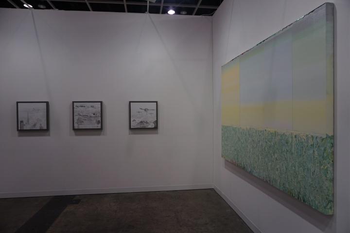 博而励画廊正在举行个展的邱黯雄的作品(左)和代理艺术家薛峰的作品(右)都得到了很好的关注