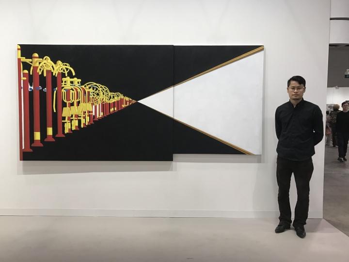 艺术家臧坤坤在他的作品前面