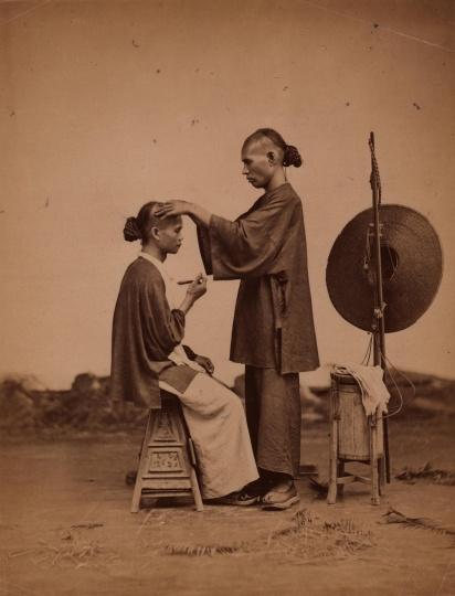 阿芳 《剃头匠》27×20cm蛋白照片1870s