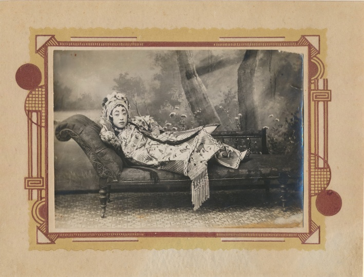 佚名《清末女子倚榻照》9x13cm银盐纸基1900s——1911
