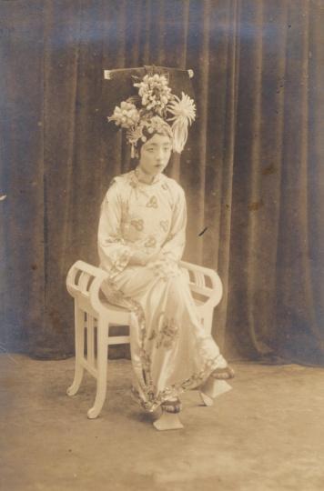 佚名《满族旗装女子坐像》15x10cm银盐纸基1910s