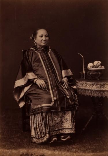 佚名《清末老妇人坐像 》26x18cm蛋白照片1880s