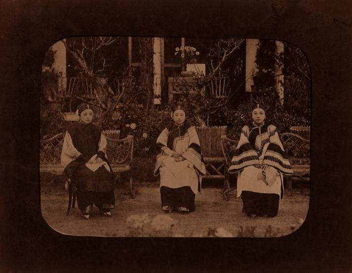 佚名《三女子合影》20x27cm蛋白照片1880s