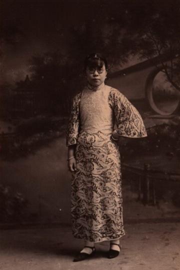 太芳照相馆《女子站像》9x6cm 银盐纸基1928