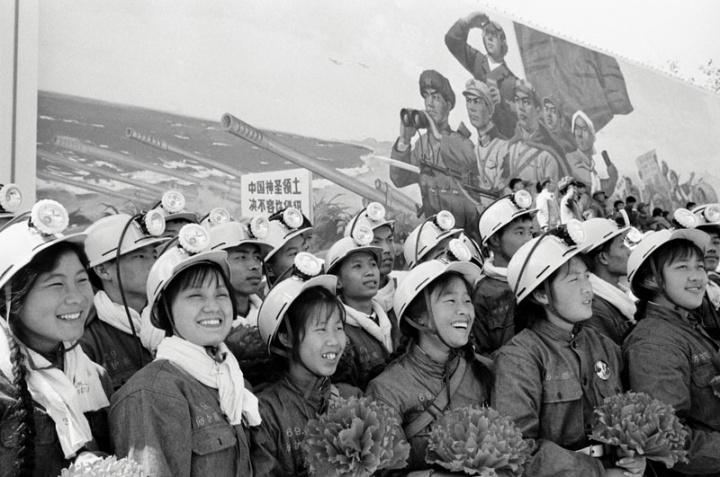 晓庄《保卫珍宝岛的江苏工人游行》60x76cm 艺术微喷1967