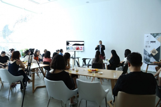 艺网创始人朱彤进行藏艺术的讲解