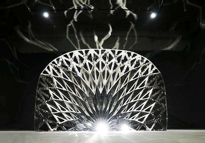 与运动品牌 Nike 的跨界合作作品《Football Gate #03》 300×150×200cm 不锈钢镜面 2016