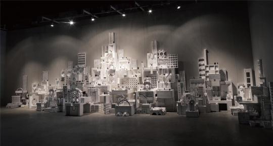 唐勇 《虚幻之城》 300×300×800cm 玻璃钢、树、工业纤维、癌症病人、X光片、黑线 2013