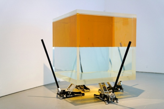 黄然 《与生俱来的敬畏和恐惧之中的爱》120 x120 x 150 cm 有机玻璃缸、4台千斤顶、食品油、全净水 2012