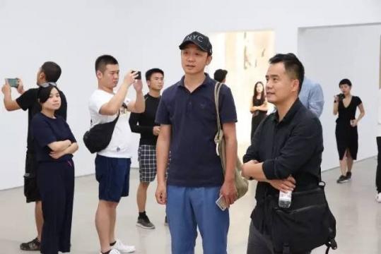 艺术家马轲(右一)在展览现场