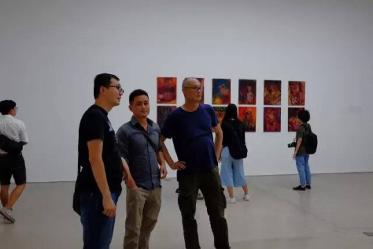 艺术家徐赫(左二)在展览现场