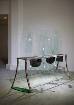 钟舒云 《湖泊里的汤》200×250×85cm 钢架、玻璃、吸管、橡胶、磁片、塑料玩具、杯子 2017