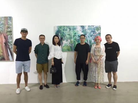 艺术家蒋国蓉(右三) 空间站负责人付晓东(右二)