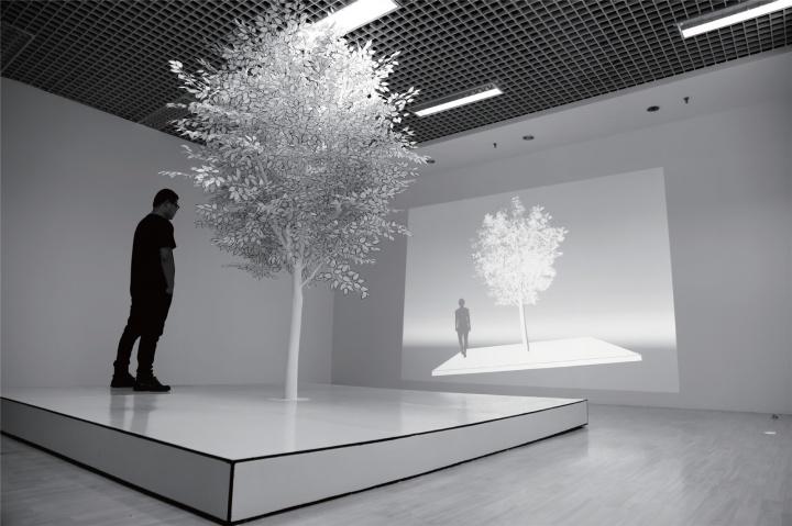 唐勇 《平衡》 420×420×360cm 树、工业纤维、黑线、树脂、互动设备 2016