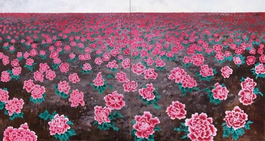 """王音 《花》 225×420cm 布面油画 2005  估价:200万-300万元      黄予:""""花""""系列作品是王音以自身的经历和体验为创作基础的,并通过其学戏剧的经历将复现方式多次运用在了作品中,是反映其创作思想的重要系列作品。他总是尝试抓住那种从生活体会和对绘画理解中形成的绘画意识,使绘画更富于挑战性。另外,此件作品又是市场所见王音最大尺幅的花系列作品,值得关注。"""