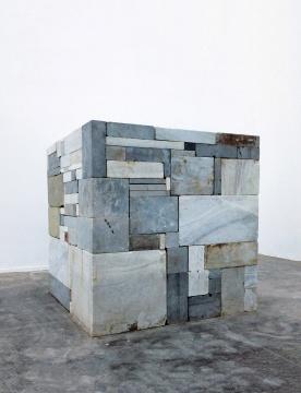 赵赵《重复》150×150×150cm白色大理石、石灰色石2012  成交价:46万元(估价:40万-80万元,北京保利,王兵竞得)