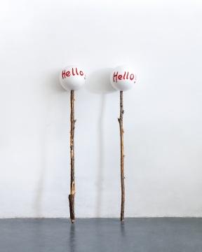 杨心广《Hello》30×30×175cm×2木头、聚苯乙烯球2012  成交价:13.8万元(估价:12万-22万元,北京保利,王兵竞得)