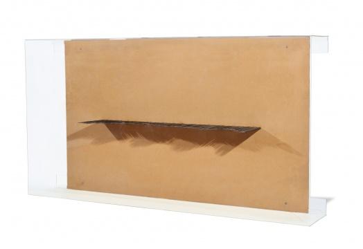 尚一心《海边》32×170×90cm铁、木板、成像灯、有机玻璃2012  成交价:11.5万元(估价:10万-20万元,北京保利,王兵竞得)