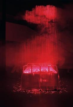 李晖 《轮回》 225×176×550cm 不锈钢、激光、烟雾、布 2010  成交价:115万元(估价:100万-120万元,北京保利,刘太乃竞得)