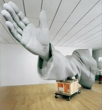 """隋建国 《衣纹研究——右手》 258×225×735cm 玻璃钢 2003  成交价:103.5万元,由电话私洽竞得      尤伦斯夫妇为中国当代艺术的发展起到了举足轻重的作用。关于这批""""最后的清单"""",不少业内人士都表示""""一个时代的结束""""。在资深艺术品经纪人李苏桥看来:""""一方面意味着象尤伦斯夫妇这样的中国当代艺术西方收藏家创造历史的时代从此终结,另一方面则意味着中国当代艺术收藏的未来将由中国人自己掌控。""""另一方面,也有如《Hi艺术》海外专栏作家郑姝般的业内人士则如此认为:""""说的天花乱坠也不过是一个逝去的朝代遗留下来的残砖乱瓦,该扔得扔,我不觉得是谁接盘,因为这不是接盘的问题,是挤泡泡的问题。该破的泡泡总要破,该醒的春秋大梦总要醒。该流的作品要流,这才是健康理性的市场。"""""""
