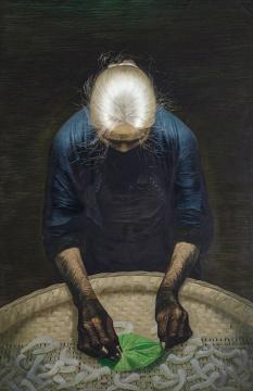 """罗中立 《春蚕》 216×140cm 布面油画 1982  估价:800万-1200万元      李苏桥:罗中立的《春蚕》,三个版本之一,1980年版和1983年版已经在拍卖市场上出现过,包括一件纳入上海龙美术馆的收藏;不用过多的去纠结为什么会出现三个版本的春蚕,这种情况艺术史中随处可见,例如蒙克的呐喊也是多个版本;我觉得这件作品可以更加直截了当地用以前两个版本的成交做为对标,相比较于以前超过4000万的成交价格,这件作品太适合那几位有志于中国美术史系统收藏的大户们去竞标了。    伍劲:《春蚕》是罗中立早期的著名作品,也是与他最有名的《父亲》对应的一件作品,因此《春蚕》也被称为""""母亲""""。《春蚕》罗中立不止画了一件,过去几年里,分别有两件《春蚕》上拍并且创下3000万以上的天价。图录显示这件1982年的《春蚕》来自于海外私人收藏,80年代初艺术家对作品的市场也是没有概念的,我猜测当时或许是海外游客以非常低廉的价格买到了这件作品。虽然有三个版本,但《春蚕》依旧不失为一件名作。从估价上看也具有吸引力,想要建立美术馆级别收藏的藏家,应该不会放过这件作品吧。    李抗:此幅《春蚕》是市场里出现的第三张,但依然不影响作品对人的撼动。盛年时期的罗中立并未因为面对同一题材的再创作而懈怠,画面上尽显了一个画者带着饱满激情的真诚描绘。"""