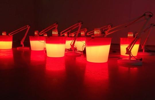 多米尼克·冈萨雷斯·费尔斯特《无题1985/2015》10个桶:25 x 26 x 26cm x 10 10个灯:75 x 20 x 20cm x 10 红色塑料桶和白色台灯