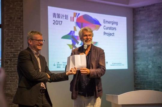 """评委会委员克里斯·德尔康(Chris Dercon)和马克·维格利(Mark Wigley)宣布第二名获奖方案:  """"I-N-D-E-X 索-引""""——冯立星、史纪、吴有    克里斯·德尔康认为该项目的策展人通过不同的""""岛屿""""将艺术作品进行评估,他们提出了将艺术作品进行分类想法。这次展览以实验室的形式呈现,阐述了艺术和作品的重塑与教育意义,同时也阐明了美术馆、艺术史的定位与定义。整个展览,整个环境,通过空间和视觉图像化的作品、数据收集和记忆重现都令我们回想起Hubert Damisch、Richard Hamilton与Sarat Maharaj的展览,正是这些实践家和思想家定义了传统的策展模式。"""