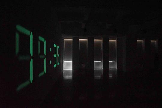 """""""菲利普·帕雷诺:共此时""""三楼展厅,墙面的磷光数字未有在暗黑的环境下才会慢慢凸显出来。然而观众却往往不知道到底还要多久,才可以等到空间由透亮到完全黑暗。"""