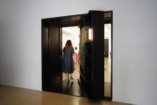 """""""菲利普·帕雷诺:共此时""""一楼展厅入门处设置的旋转书架"""