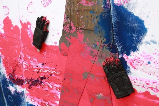 王鲁炎与张伟244x366cm木板、油彩、不锈钢、儿童鞋和摩托车手套 2017