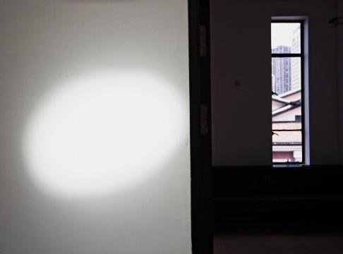 """""""菲利普·帕雷诺:共此时""""四楼展厅,光斑随着时间的流转产生位移"""