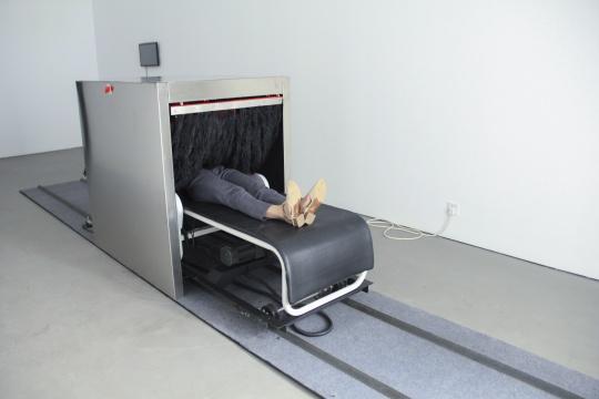 《触(安检机)》 2017 按摩床,金属,羽毛,摄像头,高清显示屏,声音