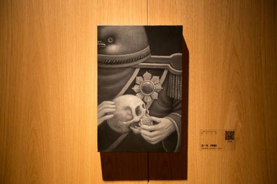 展览现场,原木墙壁上的吉一玮作品