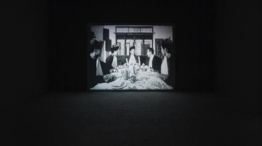 《必须》 片长9分17秒循环播放 黑白单屏电影 1996年 图片来自余德耀美术馆