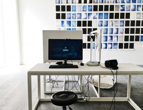 王欣《一块存放着一位艺术家所有的过去、现在和未来艺术作品及其相关信息的虚拟之地》VR装置 2017