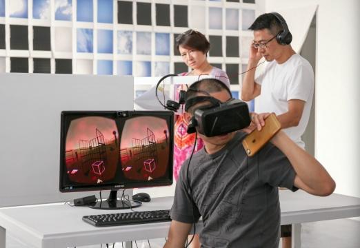 观众在展览现场体验王欣的虚拟空间