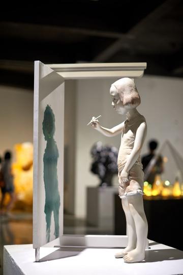汤惠倩 《影匿》系列 树脂、木  雕塑系 指导教师:李占洋、彭汉钦