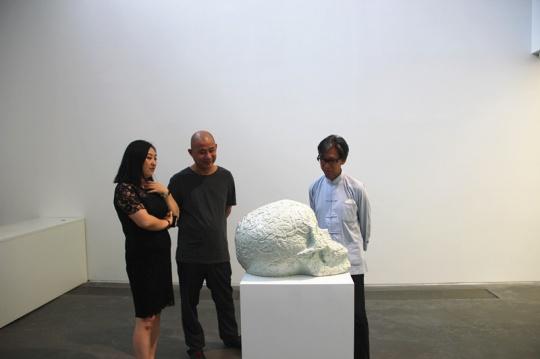 展览现场,右一张颂仁先生,左二方力钧老师