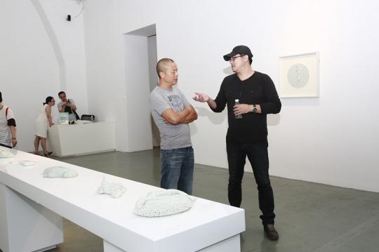 艺术家李玉端(左)与朋友交谈
