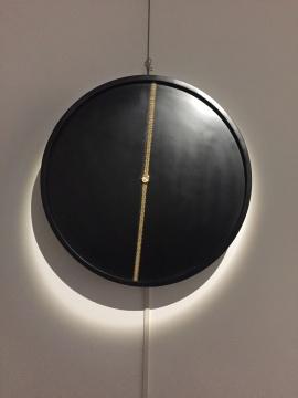 古师承 《TIME MAKE ME HAPPY》 尺寸可变 镀金手表、机械动力装置 2017广州美术学院获奖艺术家作品