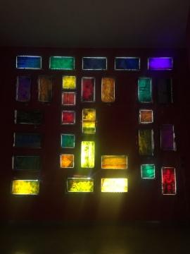 史文轩 《无定义》 360×300cm 玻璃、不锈钢、LED光源、黑布 2016-2017