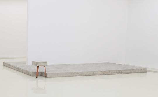《阁楼中的花圃》470 x 370 x 15cm、40 x 40 x 57 cm木板、混凝土、凳子 2017