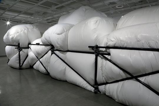 乔治·伊恩·麦克马洪 《逗留》990cm x 396cm x 411cm 塑料布,金属,木材,压钳 2017