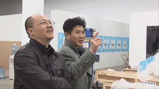 李圆一与中国艺术家缪晓春,两人在展览现场商量布展方案