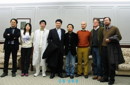 第六届上海双年展(2006)的策展团队,从左到右分别为:高士明(中国)、肖小兰(中国)、林书民(美国)、李圆一、黄笃(中国)、马拉涅罗(意大利)、沃特金斯(英国)、张晴(中国)